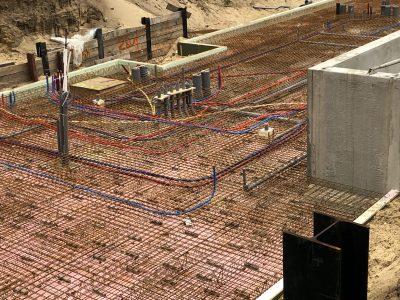 De aanleg van de vloer en bekabeling van de Villa.