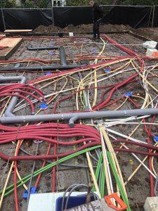 De kabels van een deel van de gehele bekabeling. gesorteerd in verschillende kleuren.